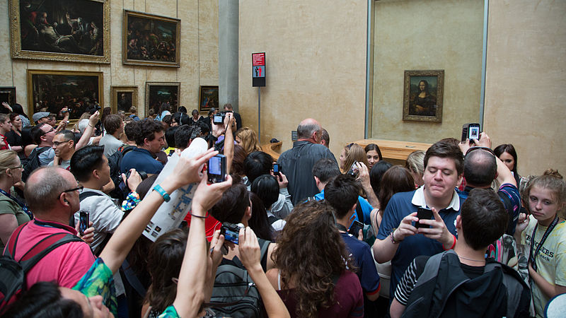 Crowd_looking_at_the_Mona_Lisa_at_the_Louvre.jpg