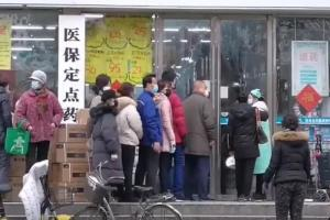 Citizens_of_Wuhan_lining_up_outside_of_a_drug_store_to_buy_masks_during_the_Wuhan_coronavirus_outbreak.jpg