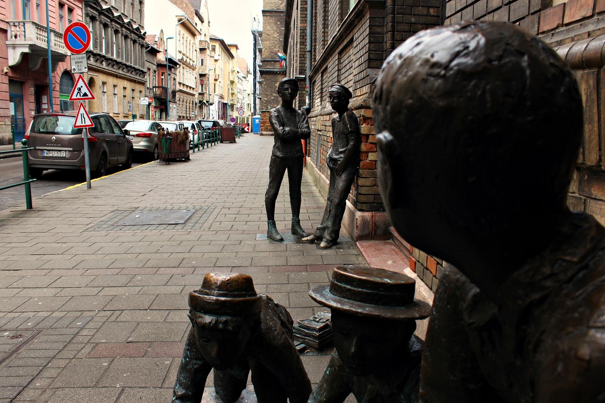 A Füvészkerttől a Vörösingesek iskolájáig: így néznek ki ma a Pál utcai fiúk helyszínei