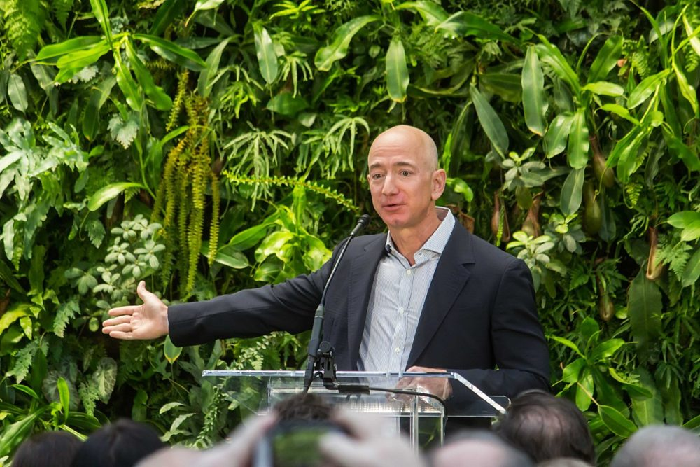 1200px-Jeff_Bezos_at_Amazon_Spheres_Grand_Opening_in_Seattle_-_2018_39074799225-1000x667.jpg