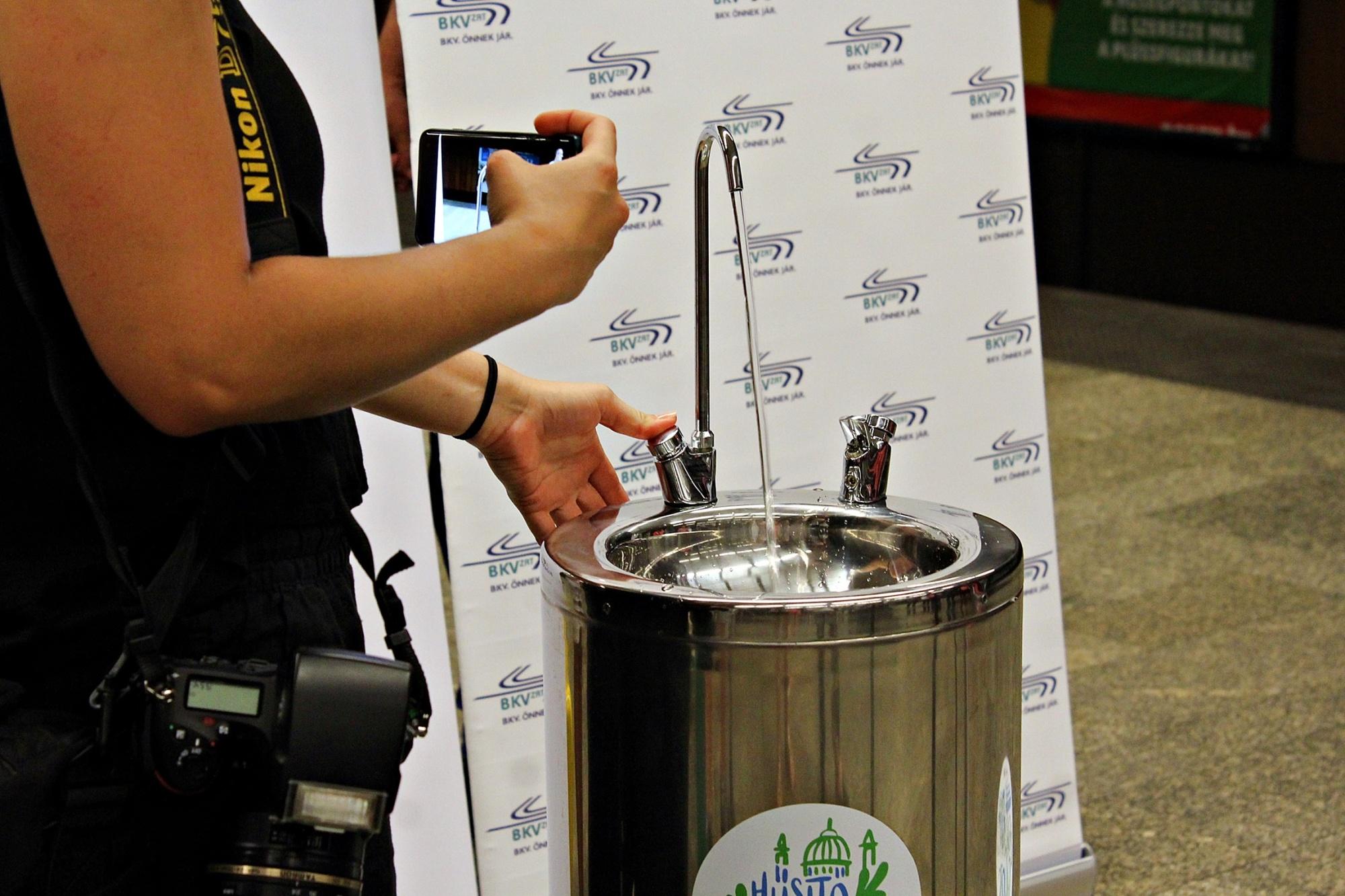 Ivókutakat raktak a 3-as metró 8 állomására a hőség miatt2