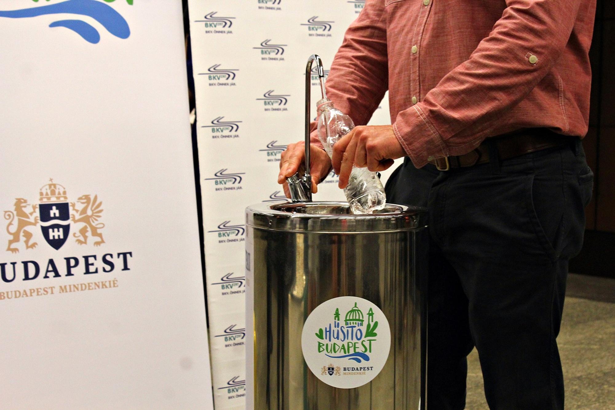 Ivókutakat raktak a 3-as metró 8 állomására a hőség miatt