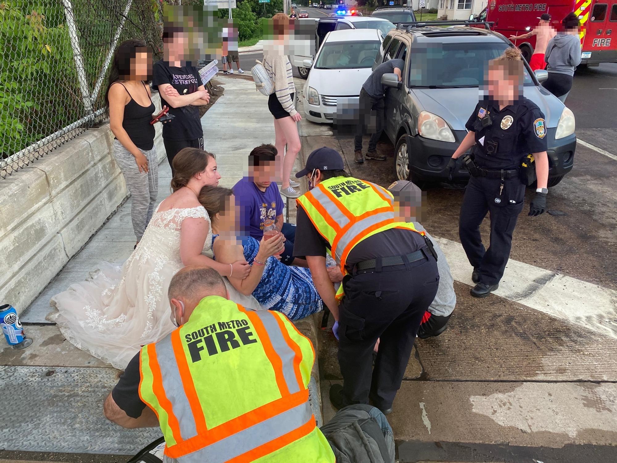 Percekkel az esküvő után, még a menyasszonyi ruhában segített egy balesetnél egy amerikai ápolónő