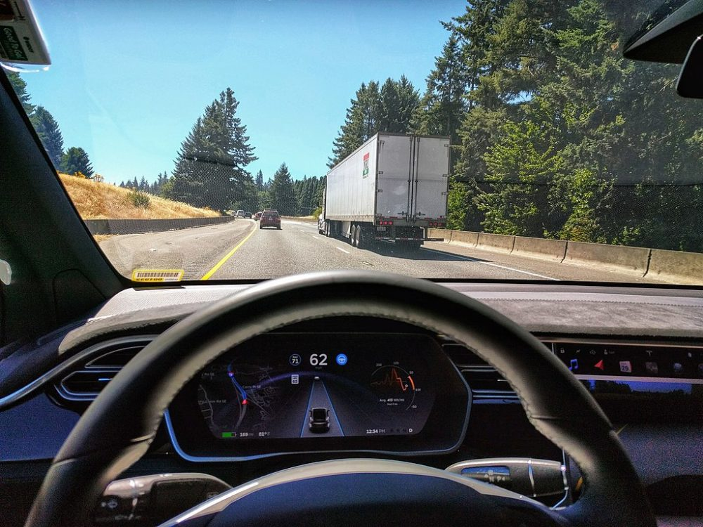 1024px-Tesla_Autopilot_Engaged_in_Model_X-1000x750.jpg