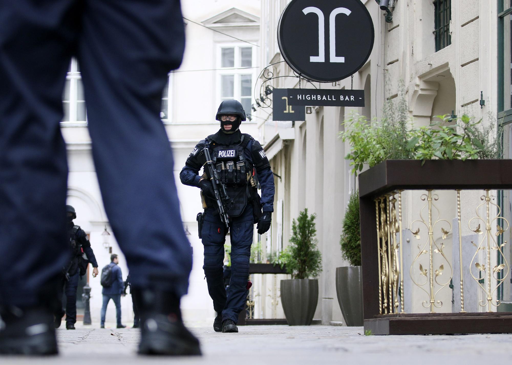 Kihallgatások, házkutatások, razziák a bécsi terrortámadás után