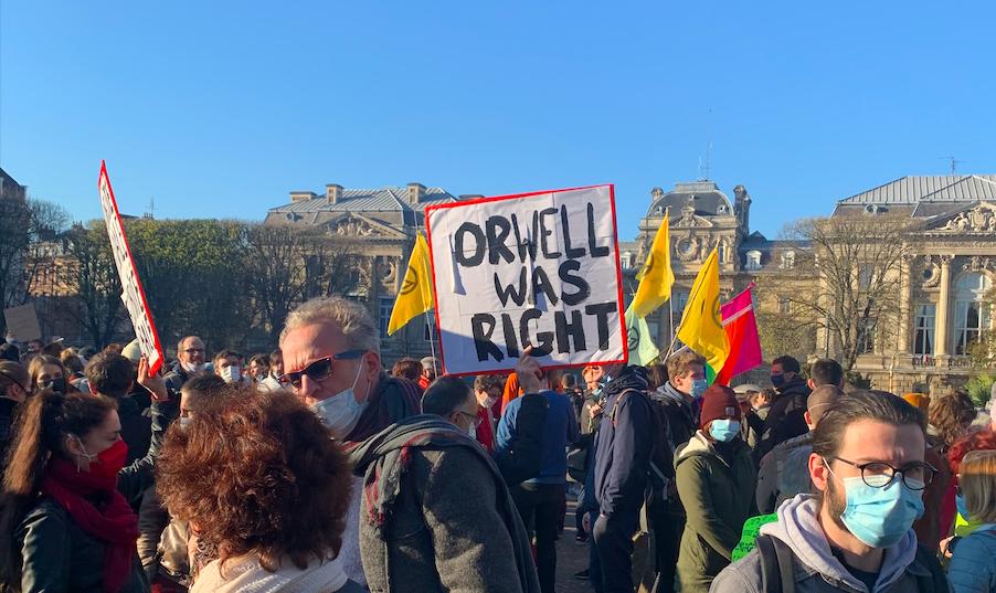 """""""Orwellnek igaza volt"""" – tömegtüntetések a rendőri erőszak ellen Franciaországban"""