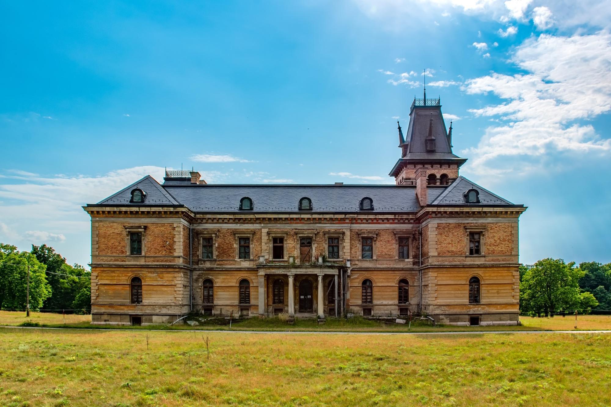 Romos állapotában is méltóságteljes a szép napokat és háborús időket is megélt Kégl-kastély