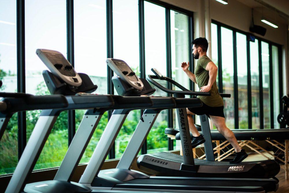 Nem kéne azonnal futópadra pattanni, ha kinyitnak az edzőtermek egy brit sztáredző szerint