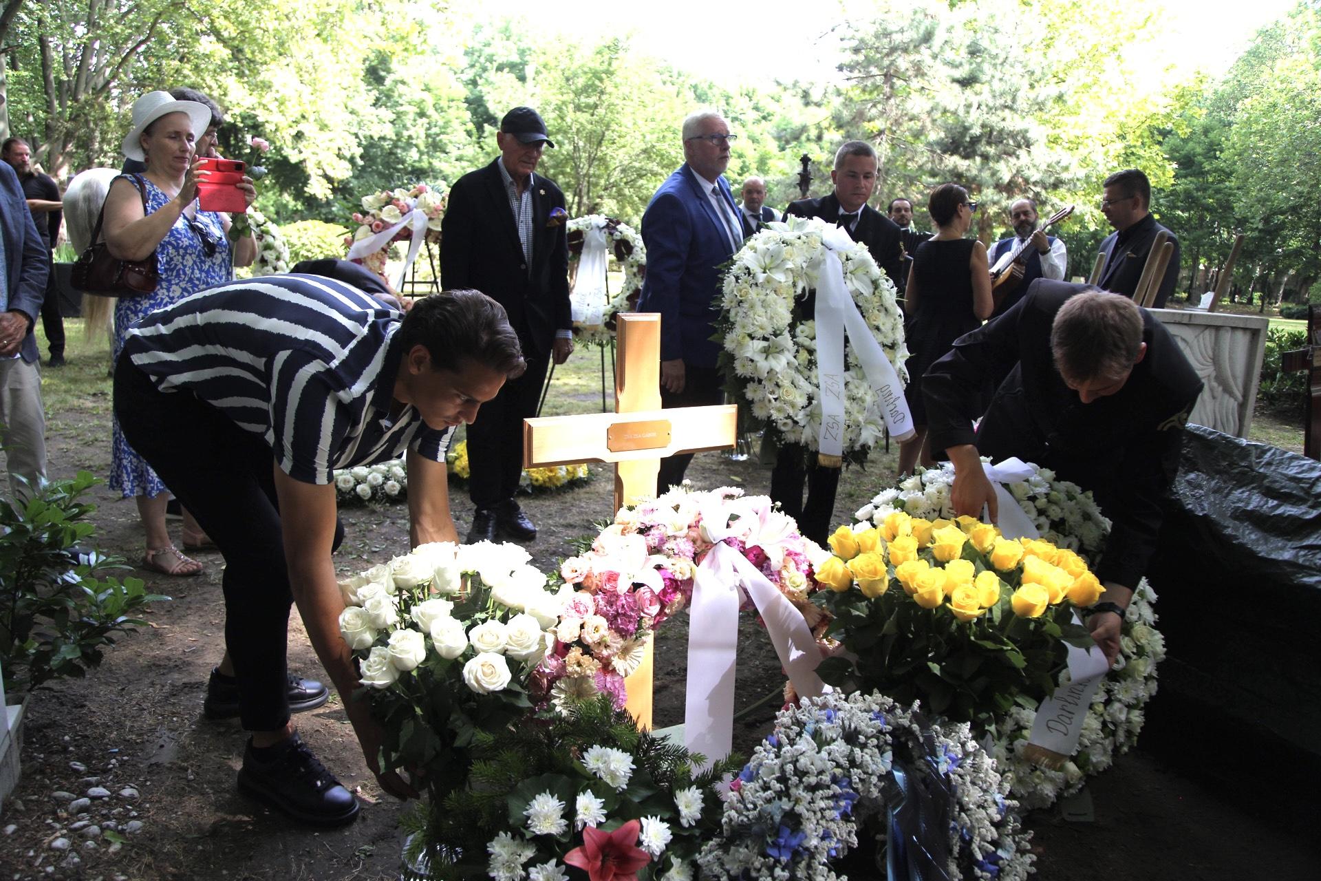 """""""Itthon vagy, bébi"""" – hazatértek Gábor Zsazsa hamvai, eltemették a hollywoodi dívát a Fiumei úti sírkertben"""