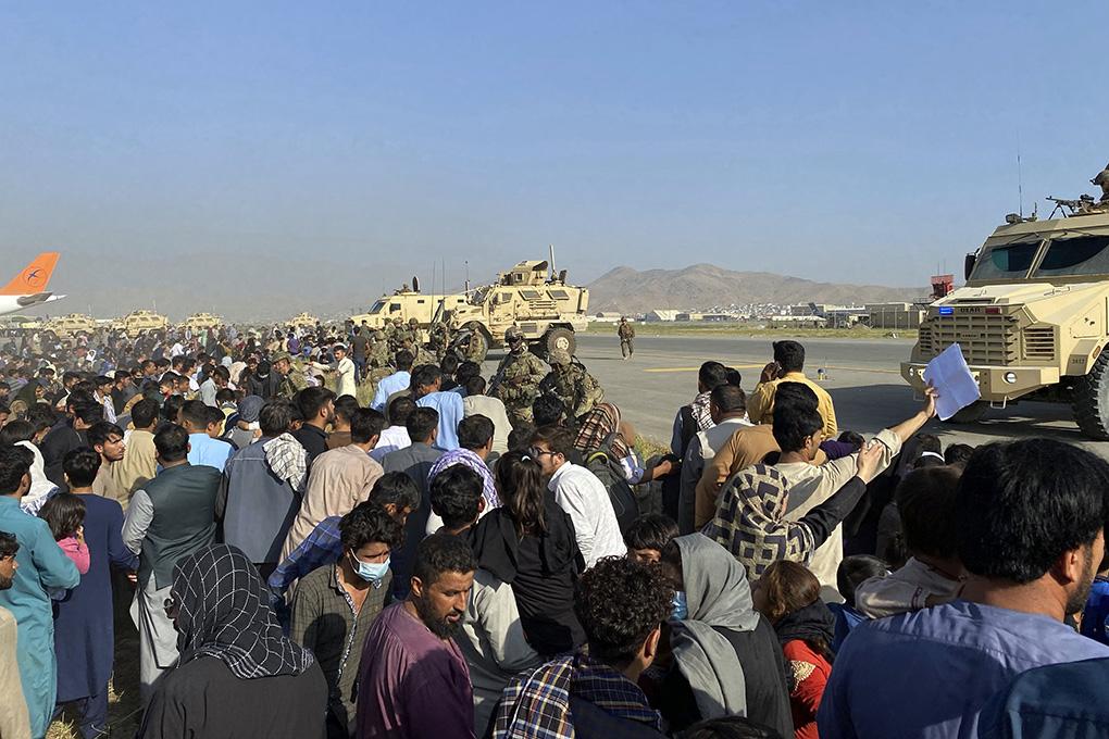 """""""Percekkel a robbantást megelőzően húztak ki egy szennyvízzel teli csatornából"""" – horrorfilmbe illő módon sikerült kimenekülnie egy afgán családnak"""