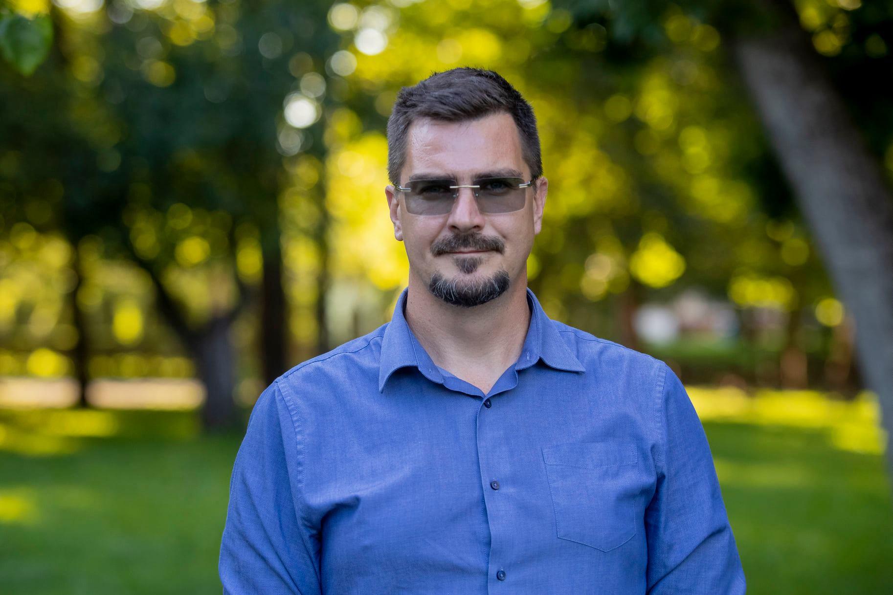 A karlendítés gyanújába került jobbikos alpolgármester elmegy a Holokauszt Központba